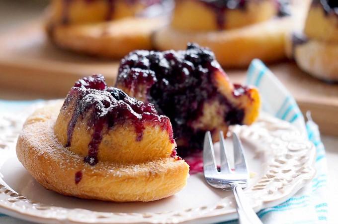 Odwrócone ślimaczki jagodowe / Upside down blueberry rolls