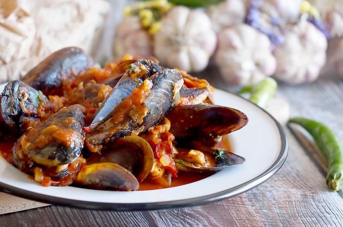 Mule w pikantnym sosie pomidorowym z chili / Chilli tomato mussels