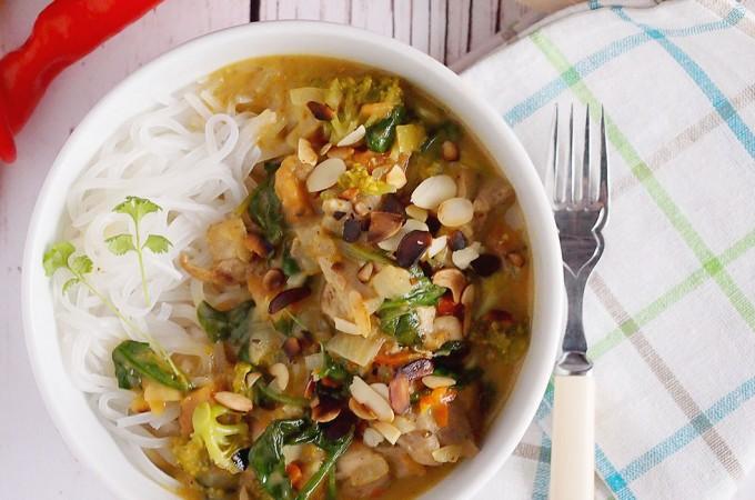 Kurczak w sosie curry ze szpinakiem i brokułami i test woka firmy Ballarini