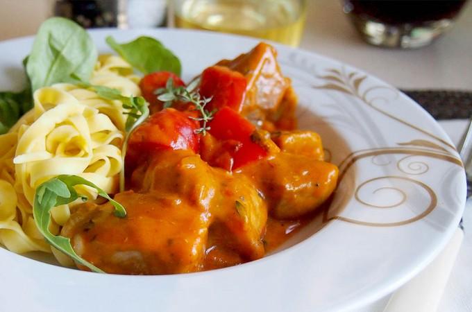 Węgierski paprykarz z polędwiczką wieprzową / Hungarian pork tenderloin paprikash
