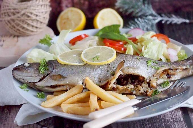 Pieczony pstrąg nadziewany grzybami / Mushroom stuffed trout