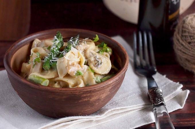Makaron w kremowym sosie z kurczakiem, grzybami i szparagami / Creamy chicken, asparagus and mushroom pasta