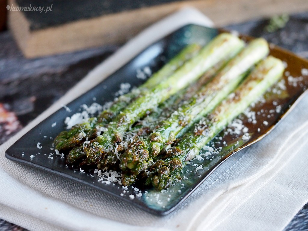 Szparagi z czosnkiem i parmezanem / Parmesan and garlic asparagus