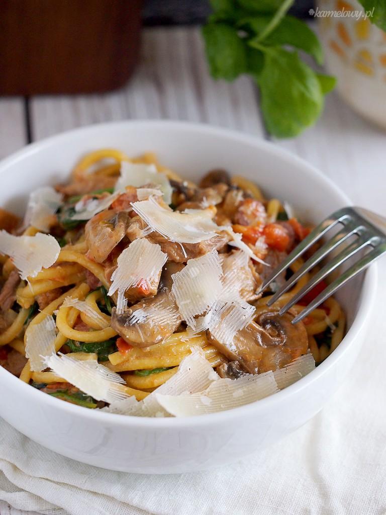 Makaron z kaczką, grzybami i szpinakiem w kremowym sosie pomidorowym / Duck, mushroom and spinach pasta in tomato cream sauce