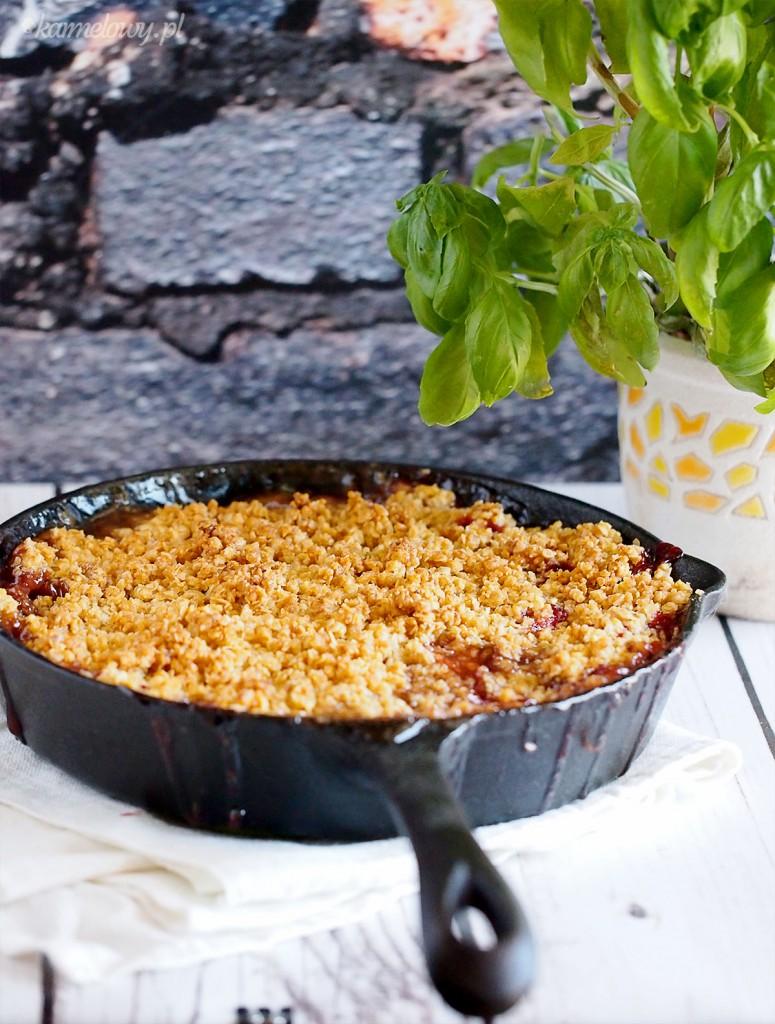 Truskawki zapiekane z rabarbarem pod migdałowo-owsianą kruszonką / Strawberry and rhubarb baked with almond oat crumble