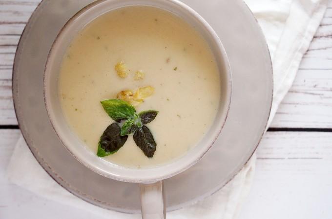 Kremowa zupa z pieczonego kalafiora, szparagów i brie / Creamy roasted cauliflower, asparagus and brie soup