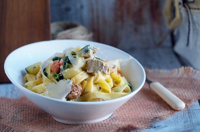 Makaron z kurczakiem, cukinią i szpinakiem / Chicken, zucchini and spinach pasta
