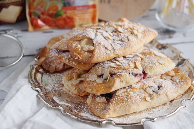 Serowe pakieciki z budyniem, dżemem i miechunką / Cream cheese pastries with, pudding, jam and golden berries