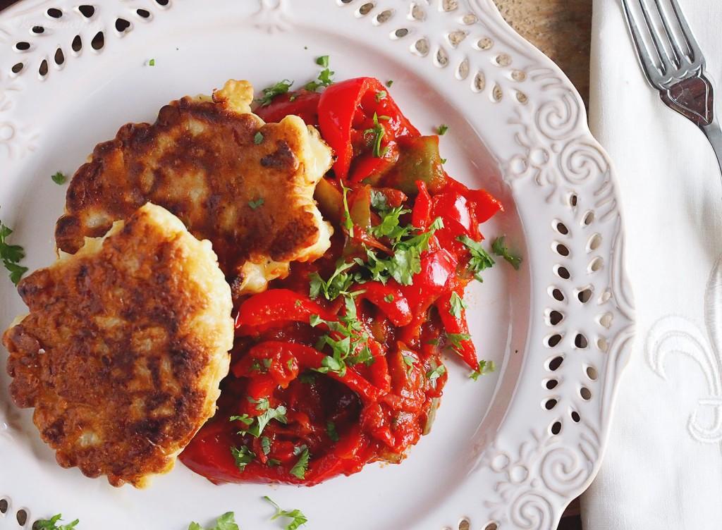 Placuszki kalafiorowe z peperonatą / Cauliflower cakes with peperonata