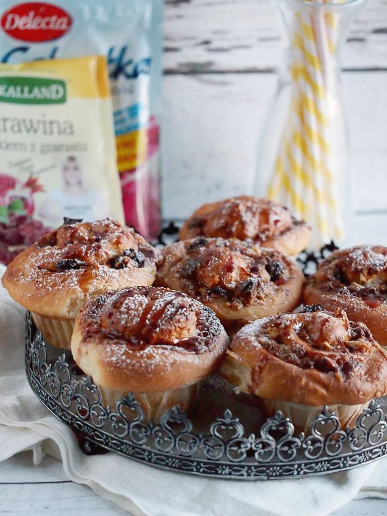 Ślimaczki z żurawiną i białą czekoladą z glazurą z galaretki / Cranberry white chocolate cinnamon rolls with jelly glaze