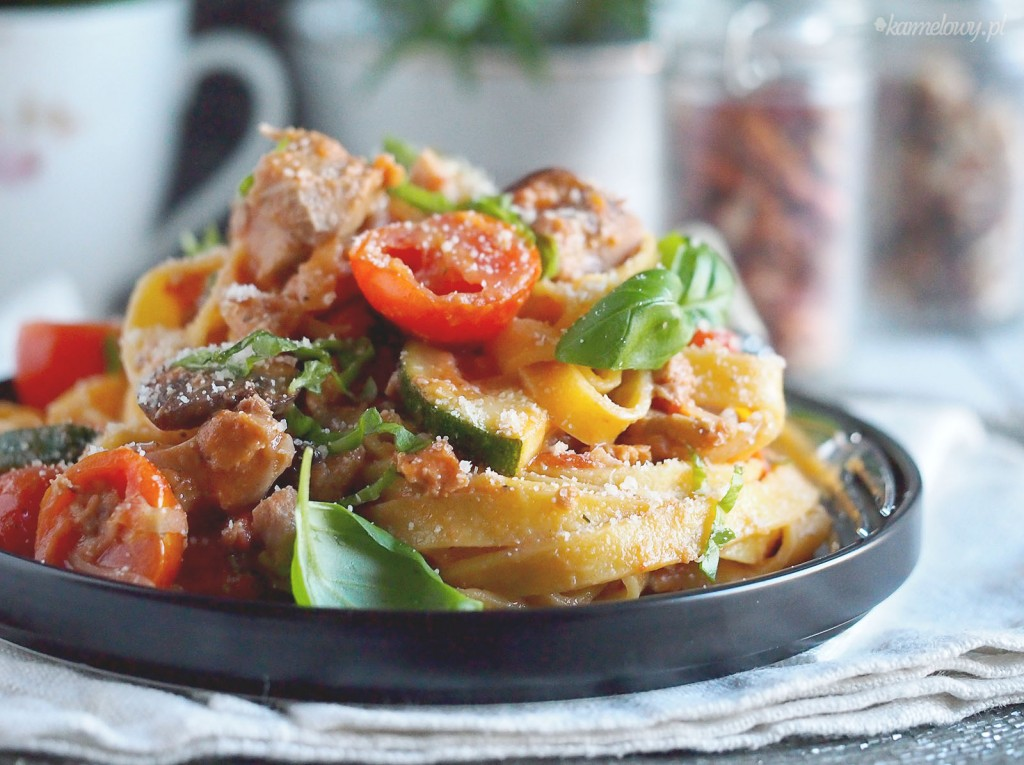 Makaron z mięsem, cukinią i pieczarkami / Pasta with meat, zucchini and mushrooms