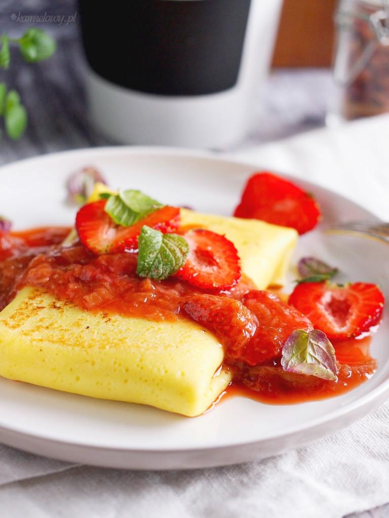 Naleśniki z serem i sosem rabarbarowo-truskawkowym / Cheese blintzes with strawberry rhubarb sauce
