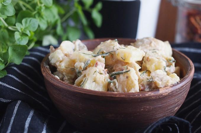 Sałatka ziemniaczana z boczkiem ogórkami kiszonymi / Potato salad with bacon and dill pickles