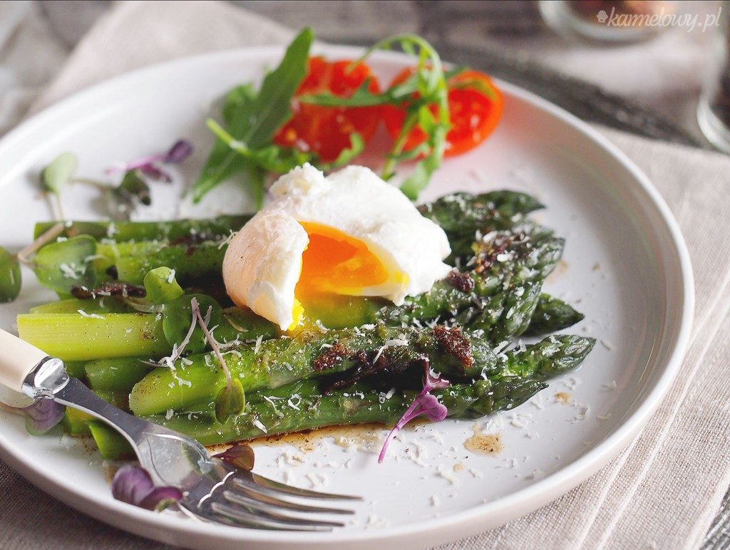 Szparagi z jajkiem w koszulce i palonym masłem / Asparagus with poached egg and brown butter