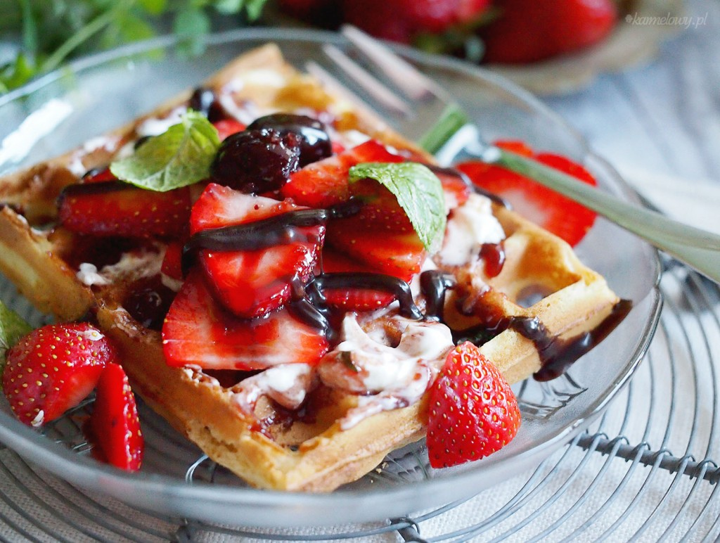 Gofry z palonym masłem i truskawkami / Brown butter waffels with strawberries