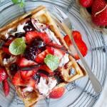 Gofry z palonym masłem i truskawkami / Brown butter waffels with strawberries