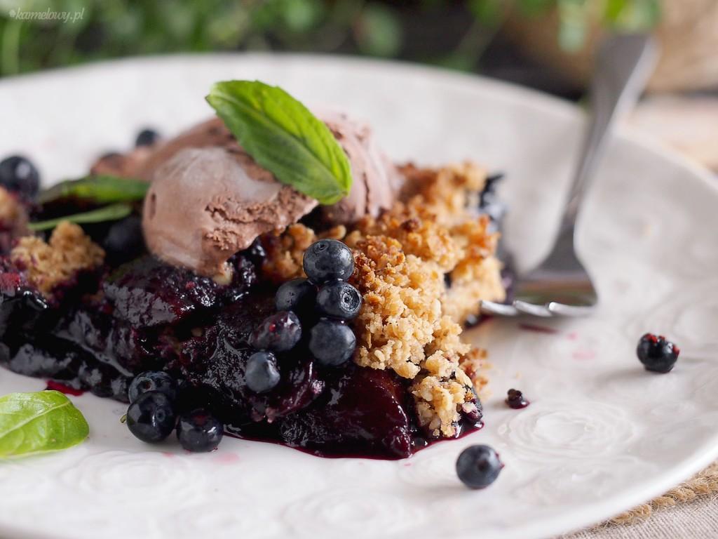 Jagody i brzoskwinie pod owsianą kruszonką / Blueberry peach crisp