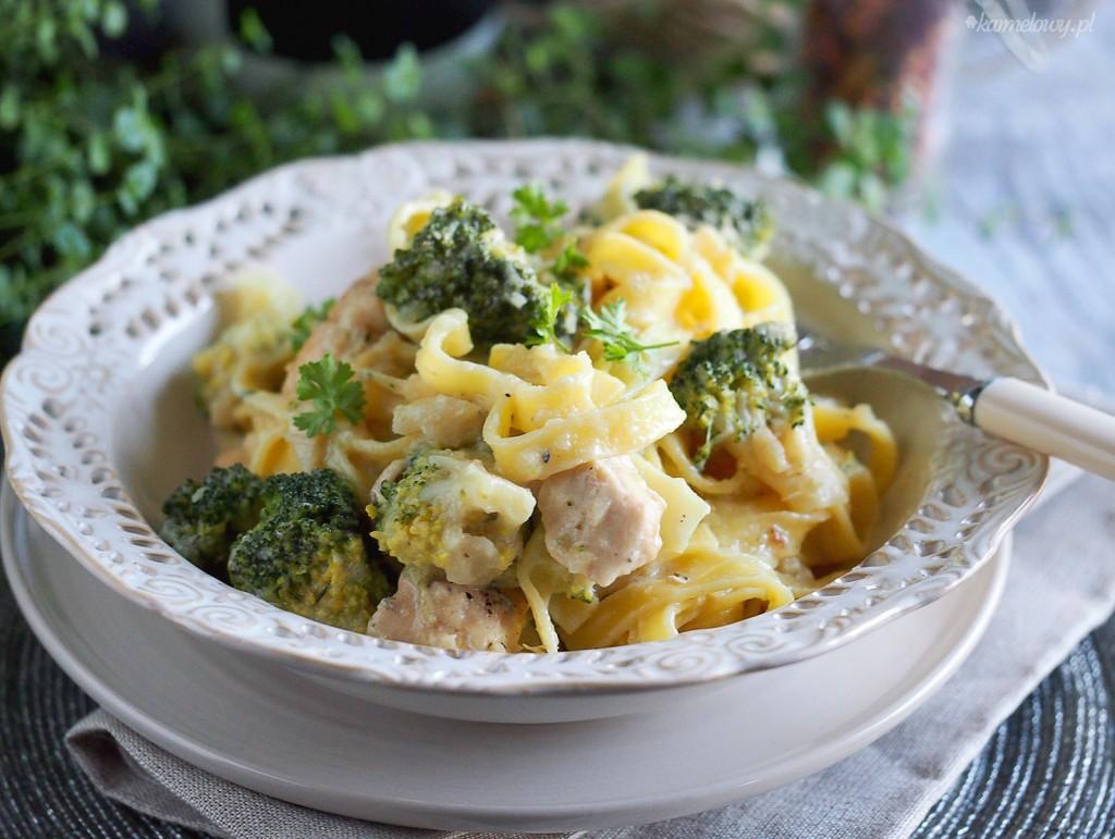 Lekki makaron z kurczakiem i brokułami / Light chicken and broccoli pasta