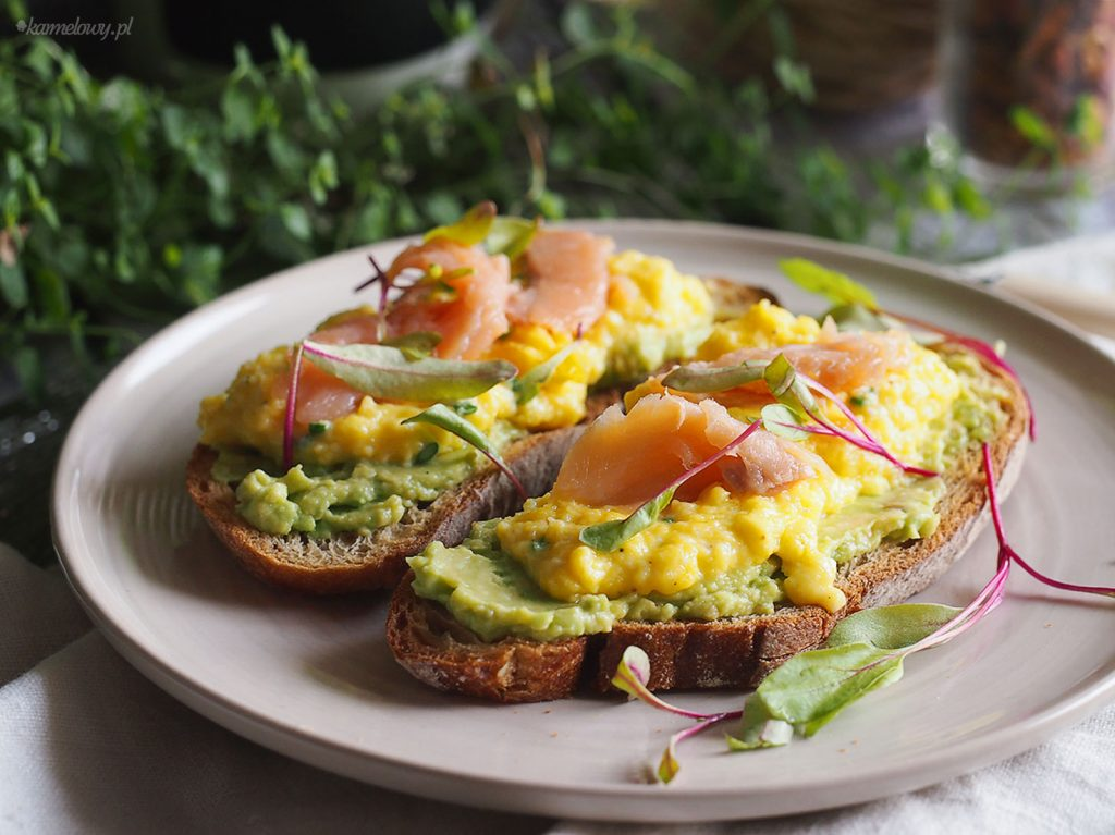 Tosty z awokado, jajecznicą i wędzonym łososiem / Scrambled eggs, avocado and smoked salmon on toast