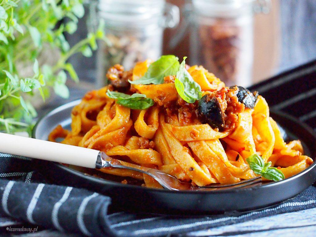 Makaron w pikantnym sosie z wieprzowiną i suszonymi pomidorami