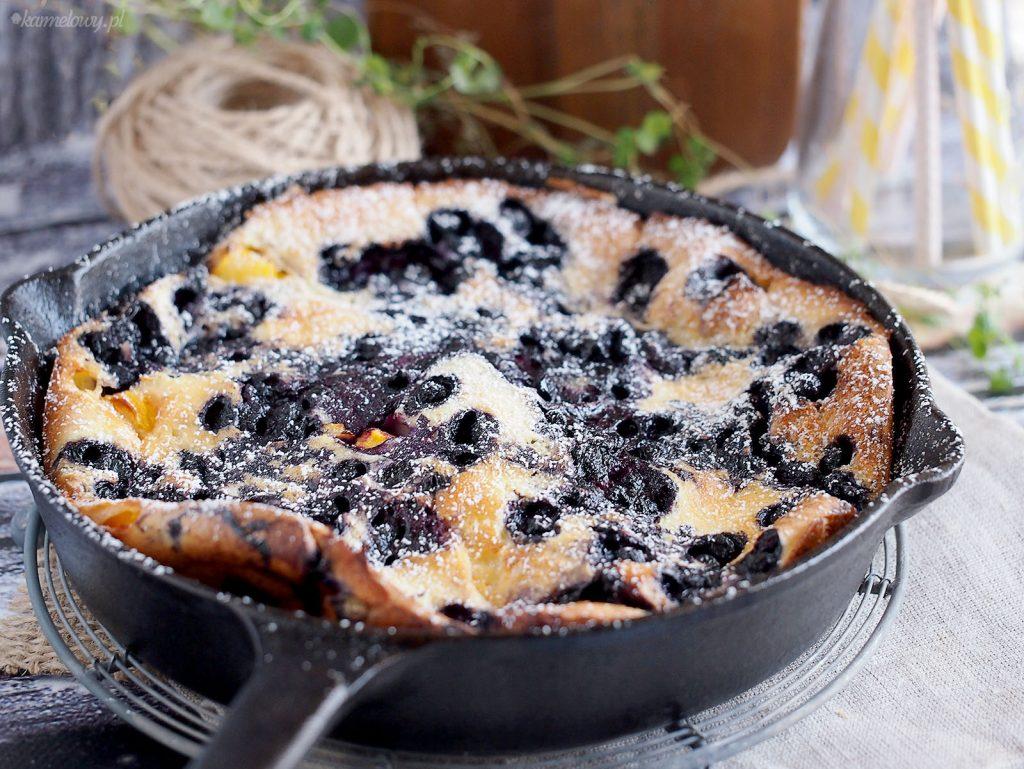 Omlet z piekarnika z jagodami i brzoskwiniami