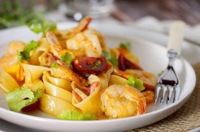 Makaron z krewetkami w sosie śmietanowym / Pasta with shrimp in creamy sauce