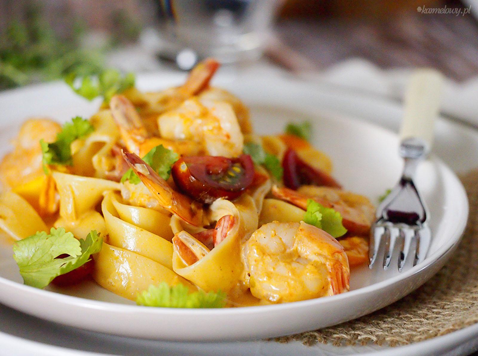 Makaron z krewetkami w sosie śmietanowym / Pasta with shrimps in creamy sauce
