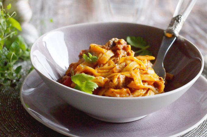 Makaron z mięsnym sosem zapiekany pod beszamelem / Baked pasta with meat and bechamel
