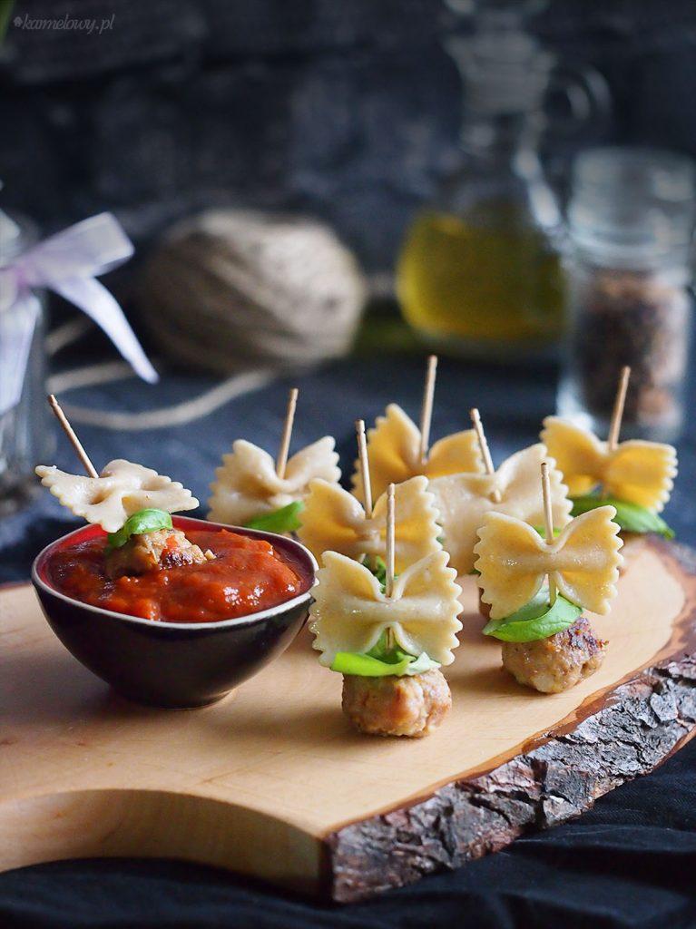 Koreczki z klopsikami i makaronem / Meatball pasta canapes