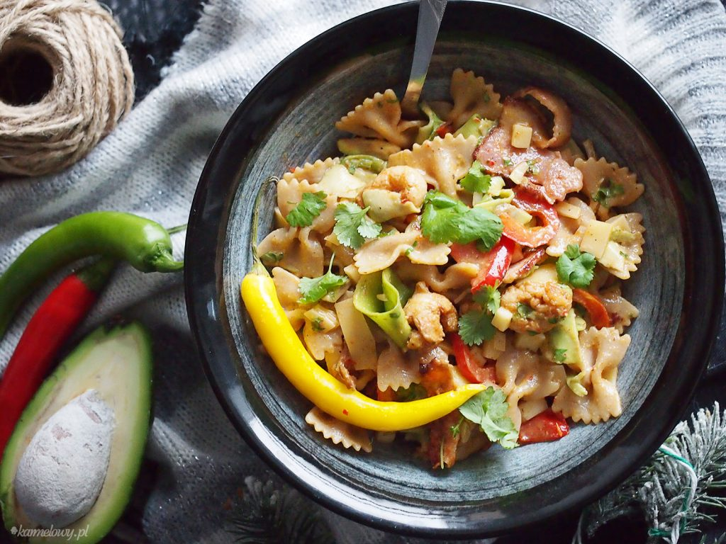 Pikantna sałatka makaronowa z krewetkami / Spicy shrimp pasta salad