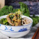 Azjatycka wołowina z jarmużem i grzybami / Asian-style beef with kale and mushrooms