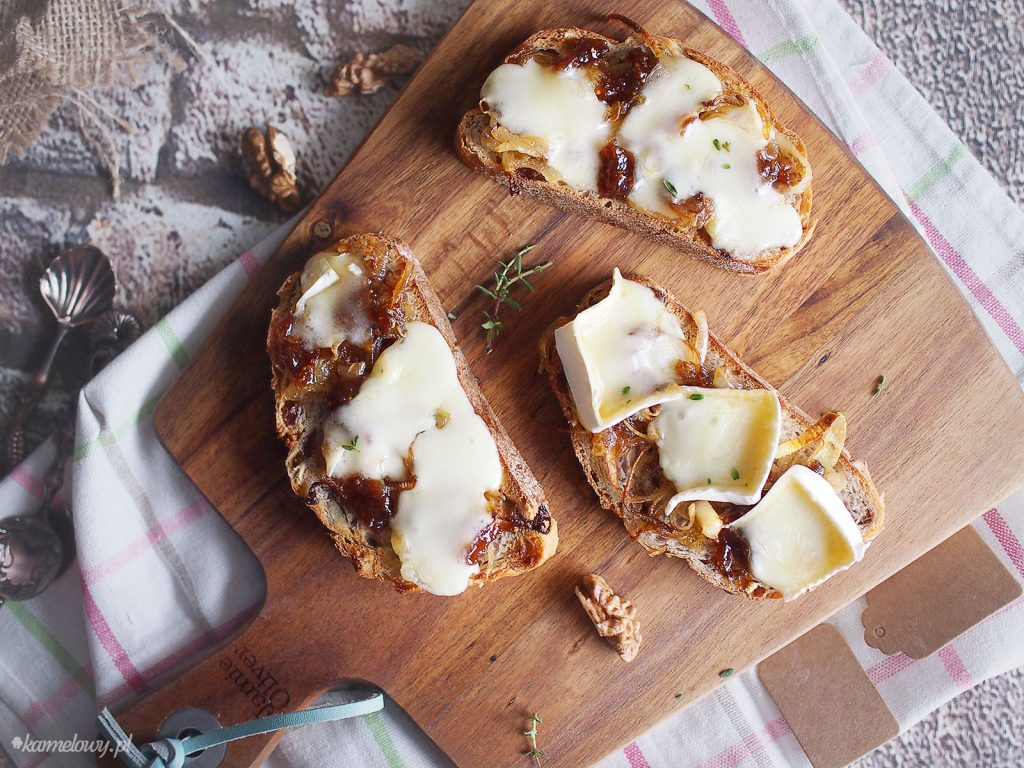 Tosty z karmelizowaną cebulą, dżemem i brie / Caramelised onion, jam and brie toasts