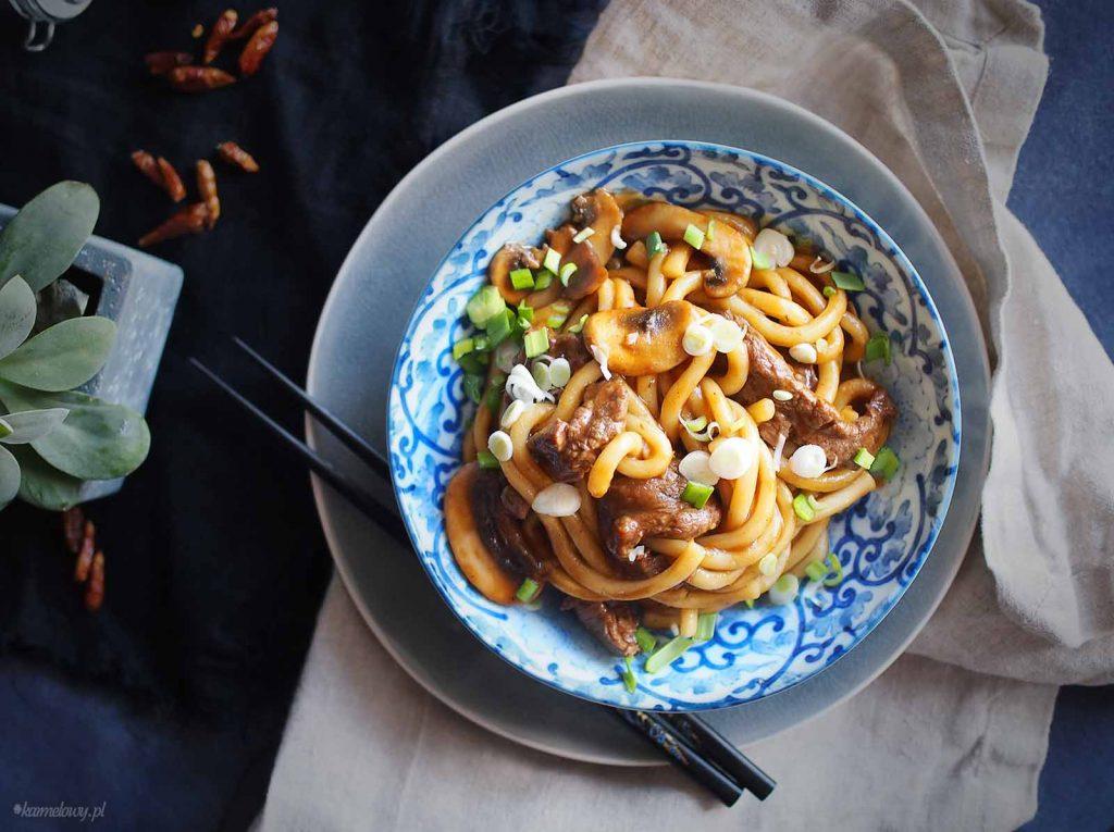 Makaron-udon-z-wołowiną-i- grzybami-Beef-and-mushroom-udon-noodles