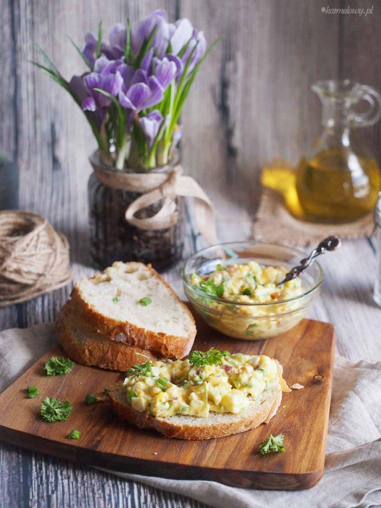 Salatka-jajeczna-z-boczkiem-i-sosem-miodowo-musztardowym-Egg-salad-with-bacon-and-creamy-honey-mustard-dressing