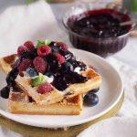 Gofry-jagodowe-ze-slodkim-twarozkiem-Blueberry-waffles-with-sweet-cream-cheese