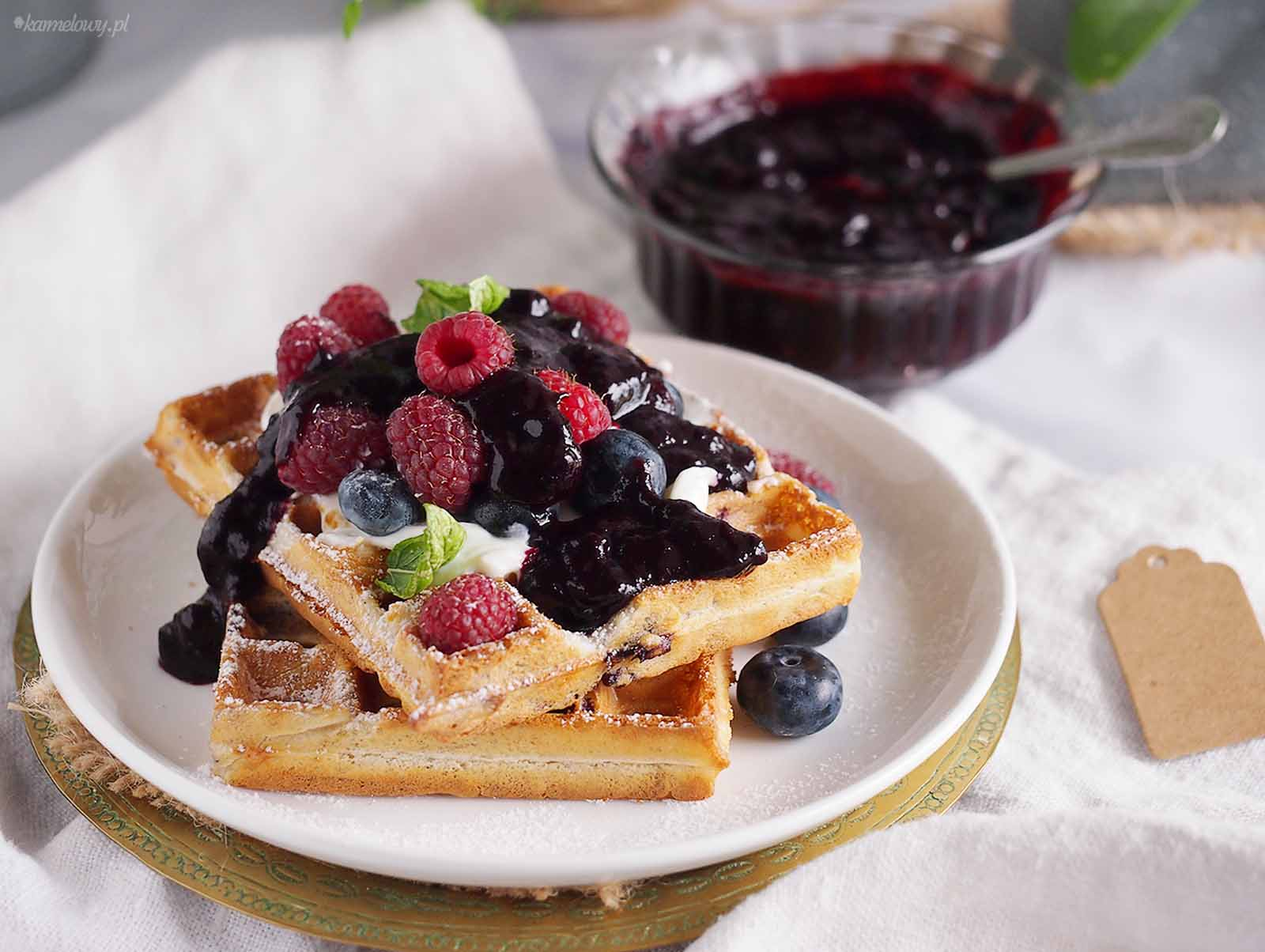 Gofry-jagodowe-ze-slodkim-twarozkiem-Blueberry-waffles-with-sweet-cream-cheese