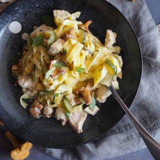 Makaron-z-kurczakiem-kurkami-i-serem-plesniowym-Blue-cheese,-chicken-and-chanterelle-pasta