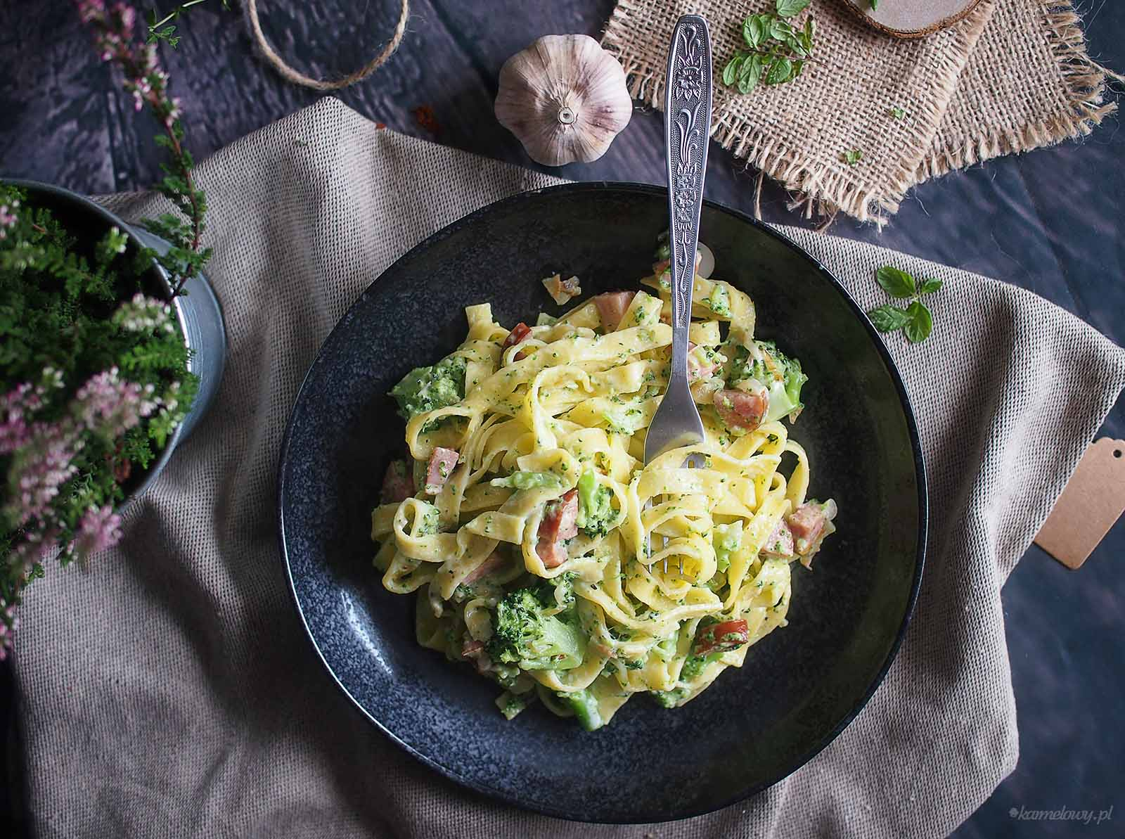 Makron-z-boczkiem-i-brokulami-w-sosie-serowym-Cheesy-bacon-and-broccoli-pasta