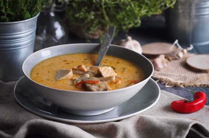 Pikantna zupa grzybowa z łososiem / Spicy mushroom soup with salmon