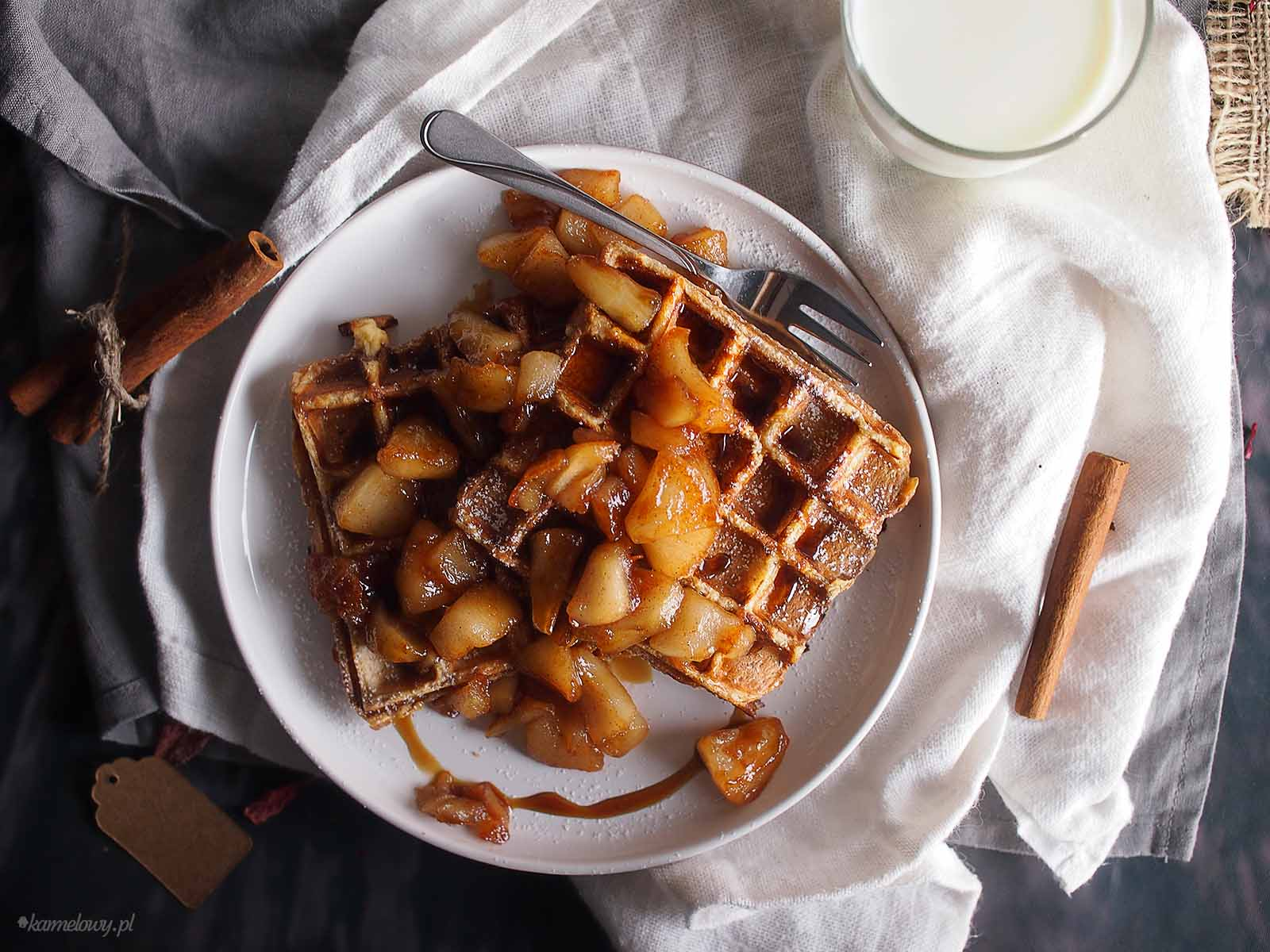 Tosty-francuskie-z-gofrownicy-z-karmelizowanymi-jablkami-French-toast-waffles-with-caramelised-apples
