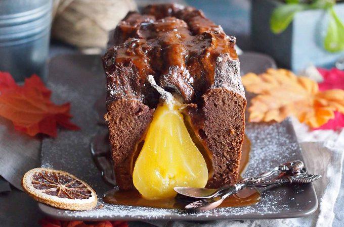 Ciasto korzenne z gruszkami i sosem karmelowym / Gingrebread cake with pears and caramel sauce