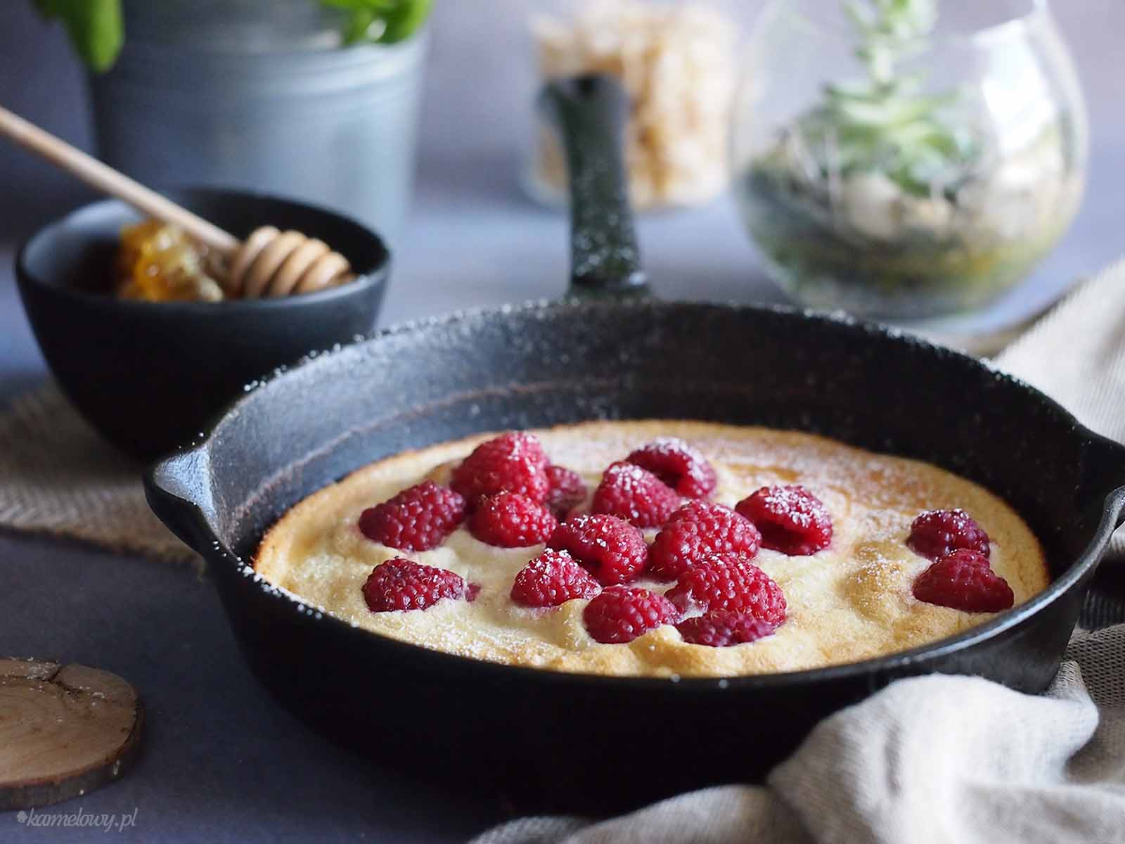 Puszysty-omlet-miodowy-z-malinami-Fluffy-honey-pancake-with-raspberries