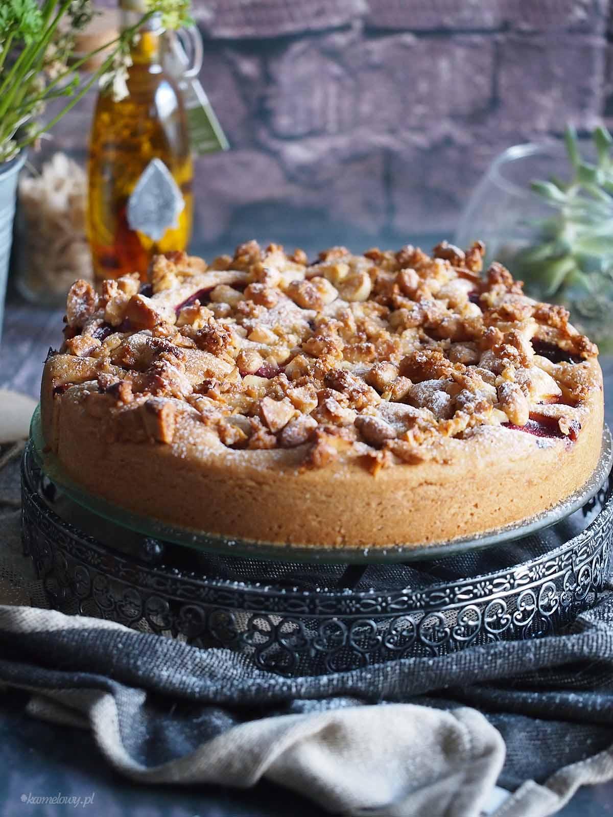 Ciasto-ze-sliwkami-i-kandyzowanymi-migdalami-Plum-and-candied-almond-cake