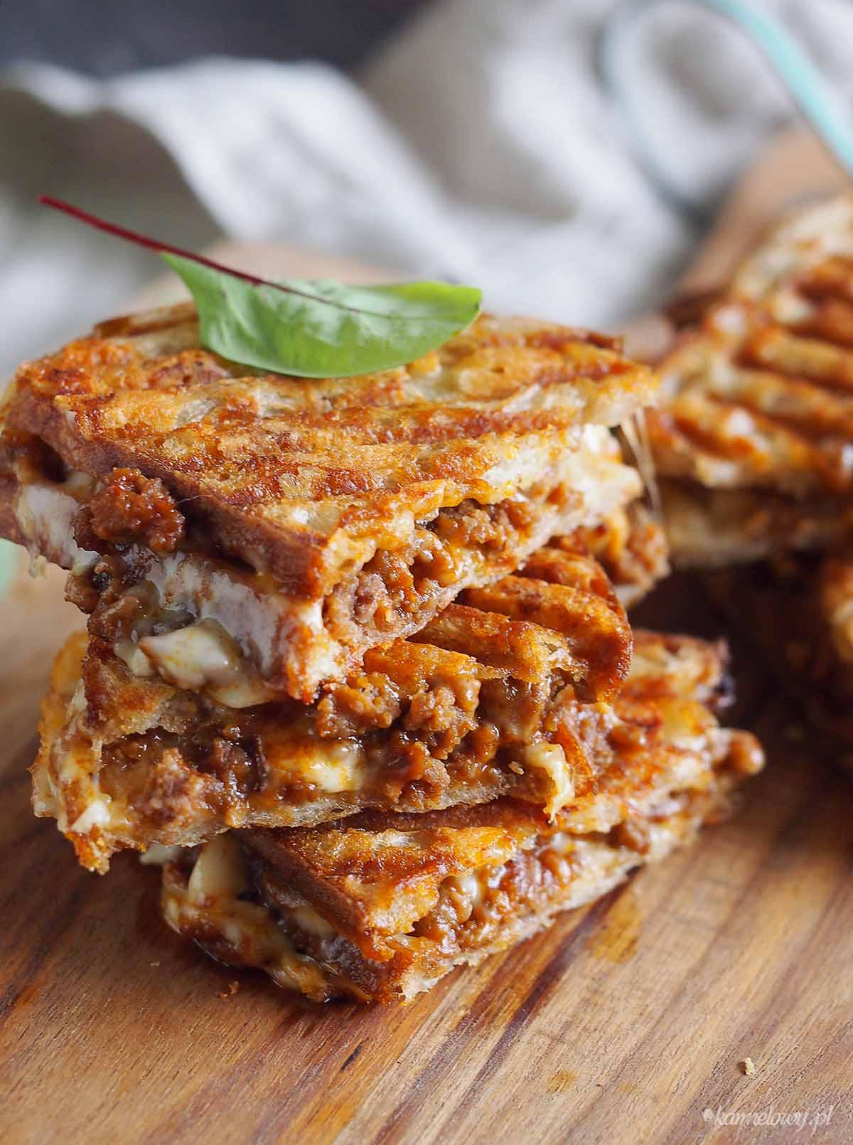 Tosty-z-miesem-cebulka-serem-Meaty-grilled-cheese