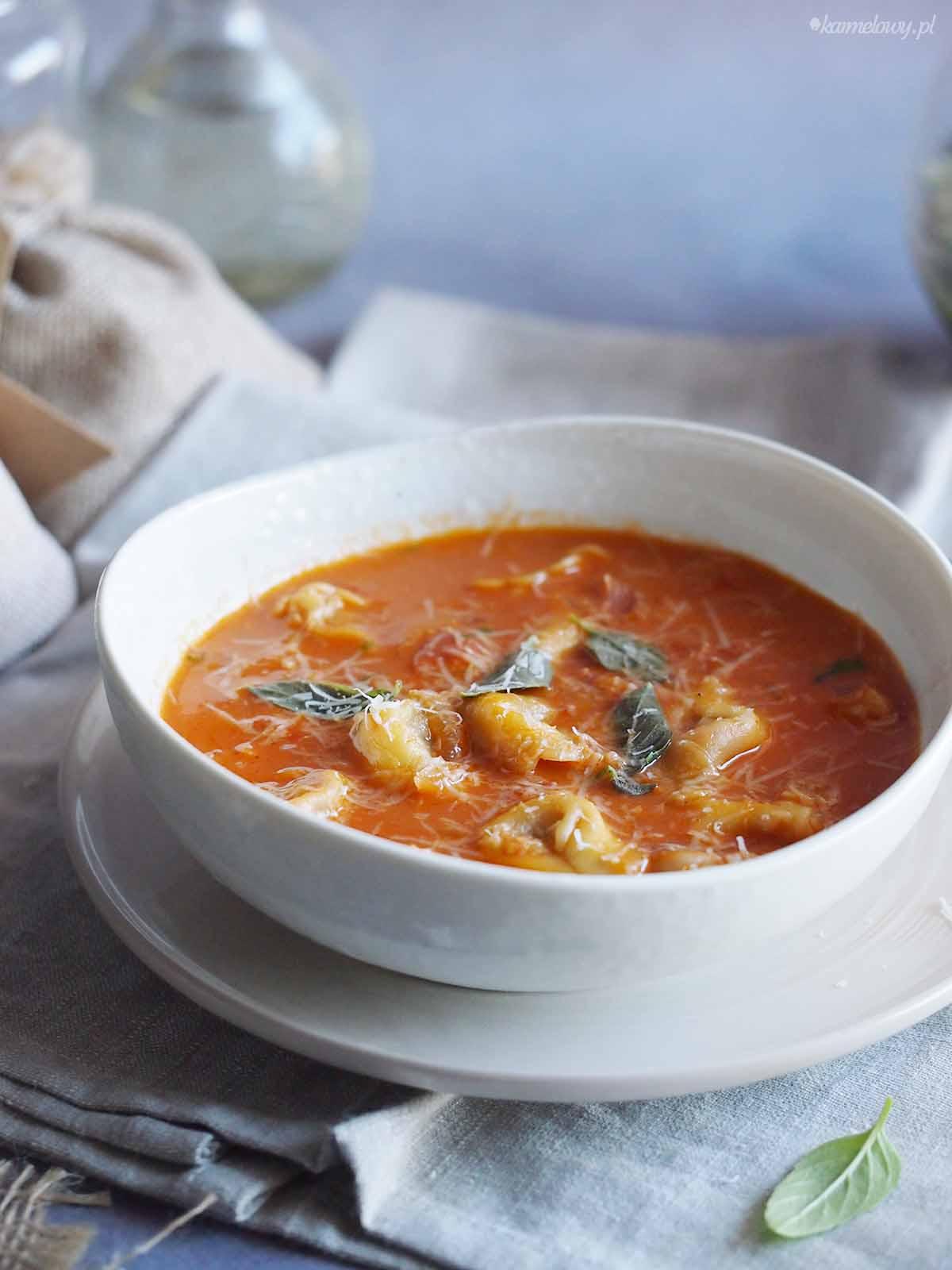 Zupa-pomidorowa-z-tortellini-Tomato-Tortellini-Soup
