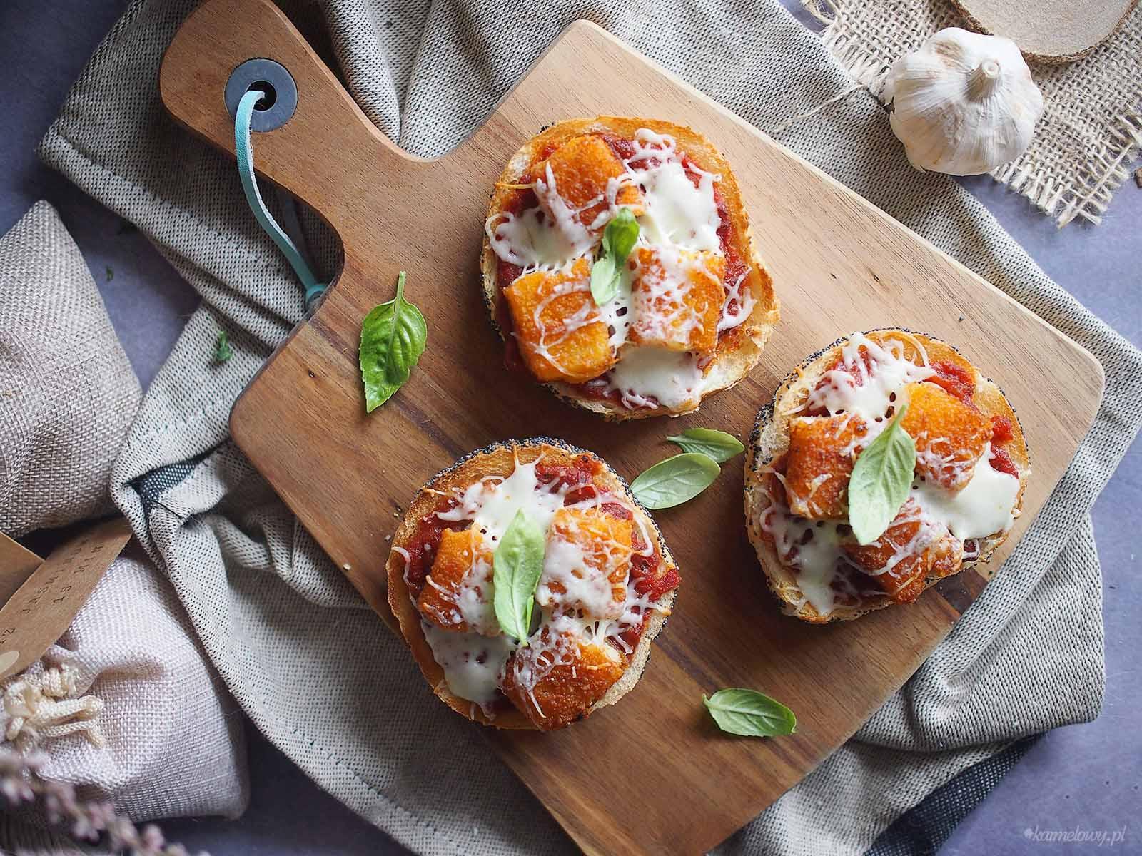 Zapiekane-kanapki-z-paluszkami-rybnymi-i-mozzarella-Fish-sticks-and-mozzarella-toasts