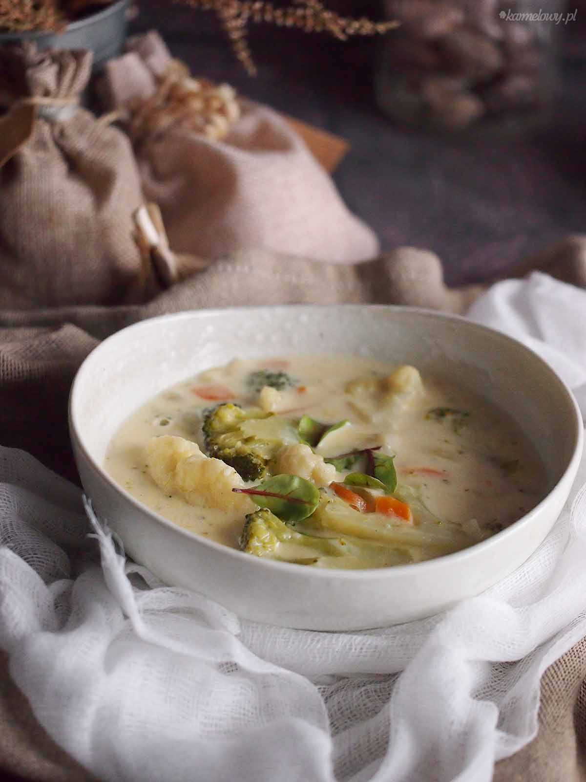 Zupa-serowa-z-kalafiorem-i-brokulami-Cheesy-cauliflower-and-broccoli-soup