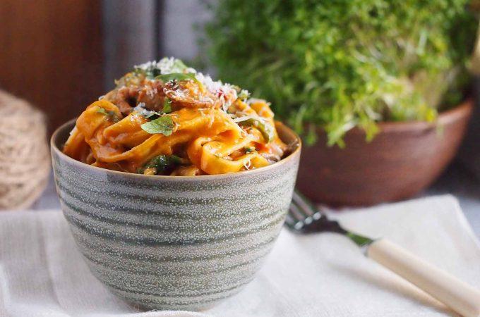 Makaron z mięsem i grzybami w kremowym sosie pomidorowym / Pasta with pork, mushrooms and tomato cream sauce
