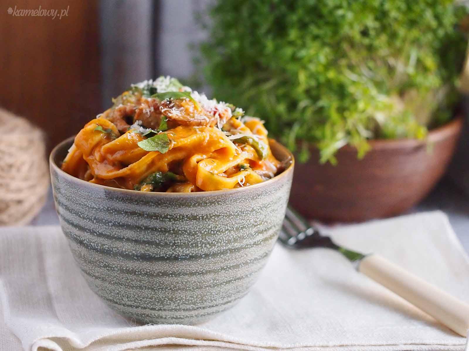 Makaron-z-miesem-i-grzybami-w-kremowym-sosie-pomidorowym-Pasta-with-pork-mushrooms-and-tomato-cream-sauce