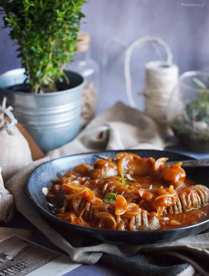 Biala-kielbasa-ze-slodko-pikantna-cebula-Sasusage-with-sweet-and-spicy-onion